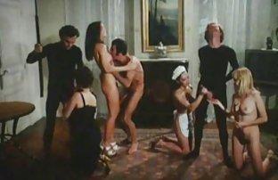 Sexy Dessous, Gina Lynn saugt aus gratis sex filme sehen dem Körper und in die Toilette durch ein Loch in der Wand