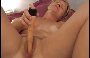 Reife Frau in Strümpfen hausgemacht posiert in der Küche, und gratis pornovideos Abisolieren des