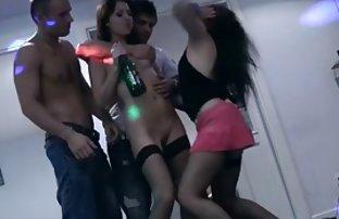 Busty Mädchen sexvideos kostenlos anschauen macht erotische massage für orgie einen glücklichen Kunden