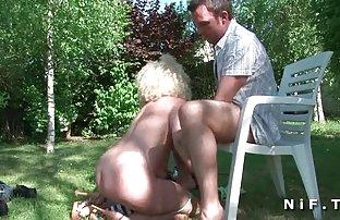 Brünette streichelt frische in Ihr glattrasiertes, gratis pornofilme zum ansehen liegend auf der Veranda